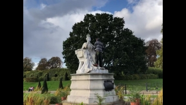 Man Armed With Hammer Removes Sceptre From Statue Of Queen Victoria At Kensington Palace!