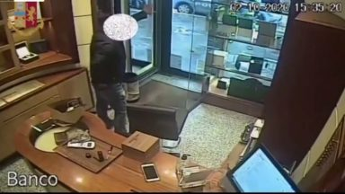 Man caught by police while robbing a jewellery store.