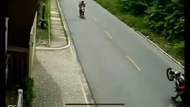 redditsave.com_dipshit_tries_to_show_off_on_his_motorcycle_and-slkybvba0c071